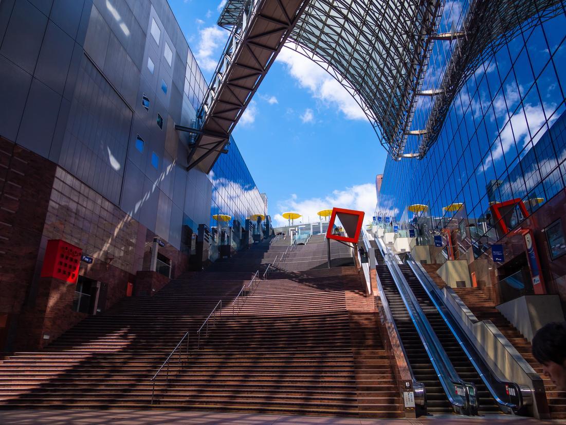 京都駅構内の大階段とエスカレーター