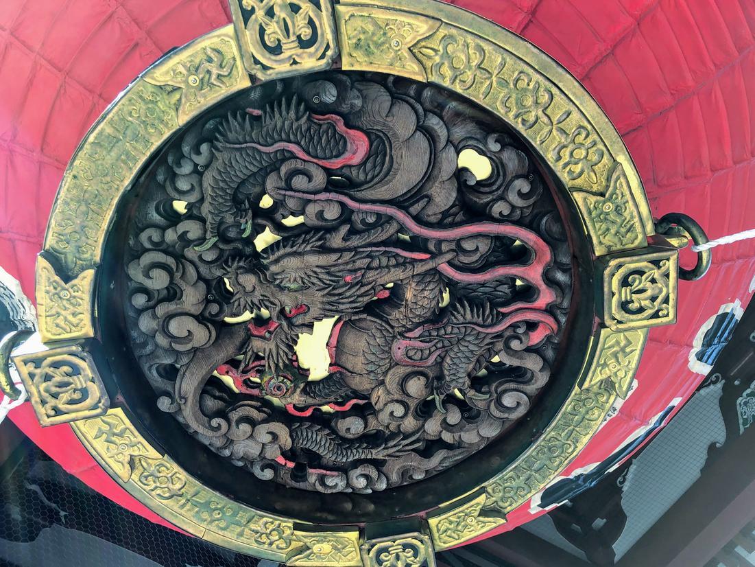 雷門の底に彫られている龍神