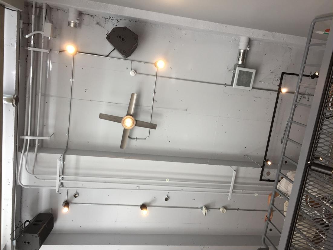 吹き抜けの天井