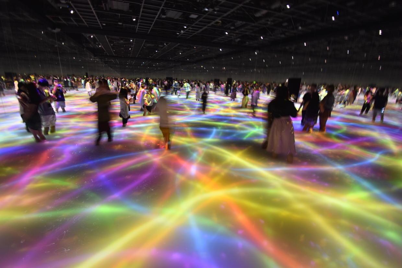 人と共に踊る鯉によって描かれる水面のドローイング チームラボ プラネッツ TOKYO DMM.com