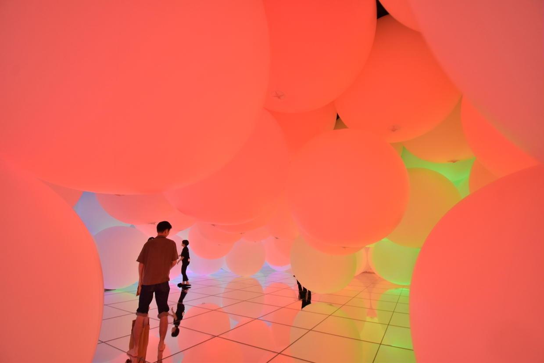 意思を持ち変容する空間、広がる立体的存在 チームラボ プラネッツ TOKYO DMM.com