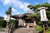 駅前を歩けば寺院にあたる