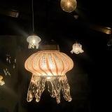 京都水族館でクラゲをモチーフにしたランプシェードの暖かい灯りに癒される