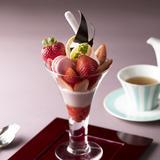 大粒でみずみずしい旬の苺!さまざまな食感で堪能できるパフェ「東京ステーションホテル」で販売
