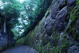 石垣のある細路地