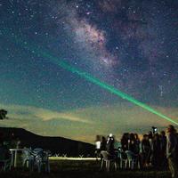 星空ヒュッテ前での星空観察の様子