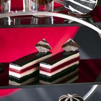 赤いストライプのチーズケーキ