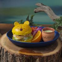 """「プーさん」不思議な夢の中のチキンバーガー(c) Disney. Based on the """"Winnie the Pooh"""" works by A.A. Milne and E.H. Shepard."""