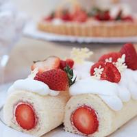 ふわふわスポンジで苺をくるんだロールケーキ
