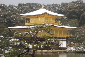 金が美しい金閣寺で知られる京都市北区
