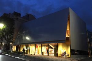 まるで「建築」博物館!表参道青山ショップをデザイン散歩