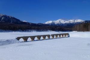 湖上を歩いて幻の橋へ!冬のタウシュベツ川橋梁ツアー