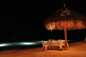 久米島女性の家出旅②日本の渚100選のビーチで、ビーチディナー