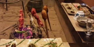 日本情緒の温泉地で炉端焼きやお酒などに舌鼓
