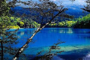 道東の秘湖・息をのむ美しさ、5色の湖オンネトー