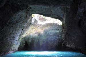 「神秘の洞窟」を船で巡る、西伊豆は美景盛りだくさんの場所。
