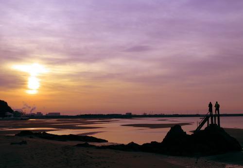 日の出の海岸が真っ赤に染まる、冬の絶景ポイントの旅