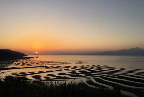 チャンスは月1回?!夕日に照らされた御輿来海岸の絶景が美しすぎる♡
