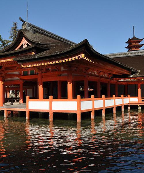 朱塗りがたまらないカッコよさ。自然と調和した海上神殿・厳島神社