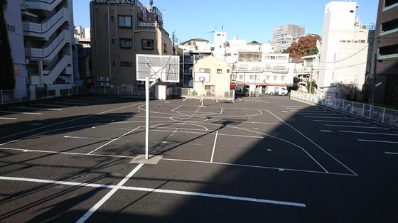 駐車場のバスケットコート