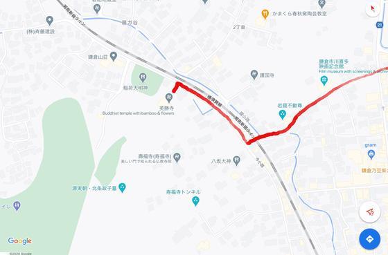 JR横須賀線の踏切を越えます。