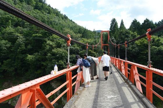 橋の上から川を眺めよう