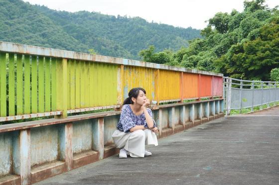 虹色の側道橋