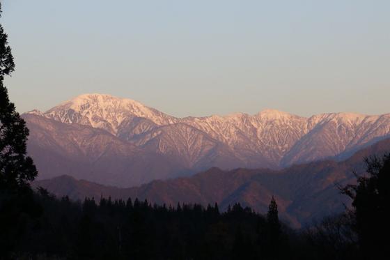 遠くには夕日に照らされた山並みが📸