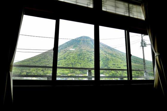 部屋の窓から男体山が見える