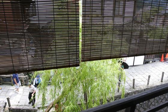 窓の外には宗祇水がチラリ