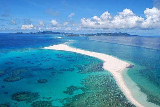 さらっさらの白砂と、360度の海