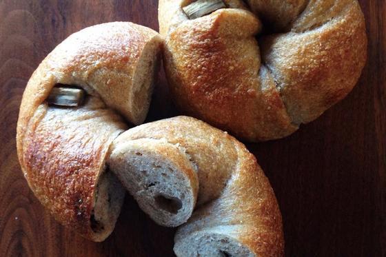 シンボルパン:全粒粉100%生地ベーグル「木の実」