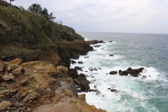 ご覧の通り、白波が立つ断崖絶壁😳