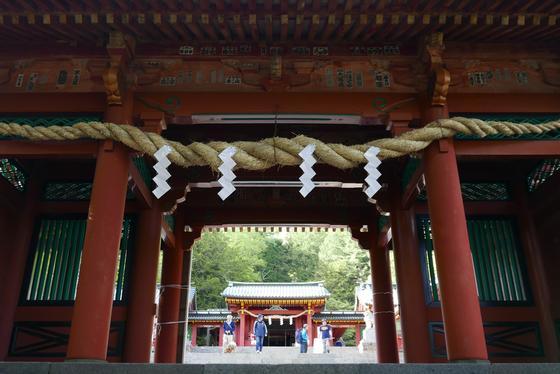 門をくぐると正面が拝殿