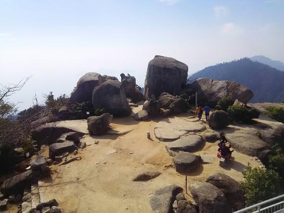 巨岩群も見下ろせる
