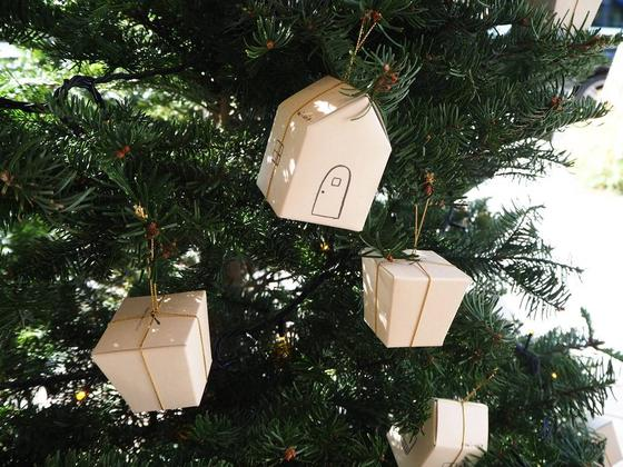 ギフト用ボックスがクリスマスオーナメントに