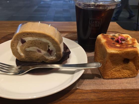 季節限定味のロールケーキと季節限定桜のキューブ