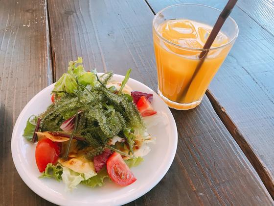 マンゴージュースと海ぶどうサラダ