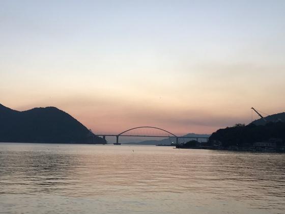 夕陽の遠景と橋