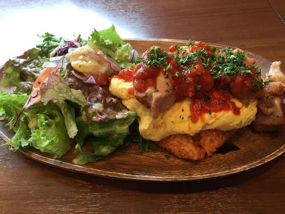 オムライスは卵フワフワでチキンも贅沢に乗ってます!