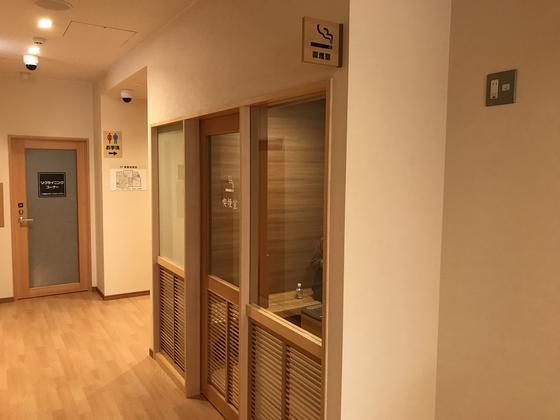 シンプルな内装の喫煙室です。