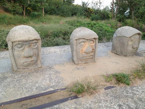 謎の顔石があります。