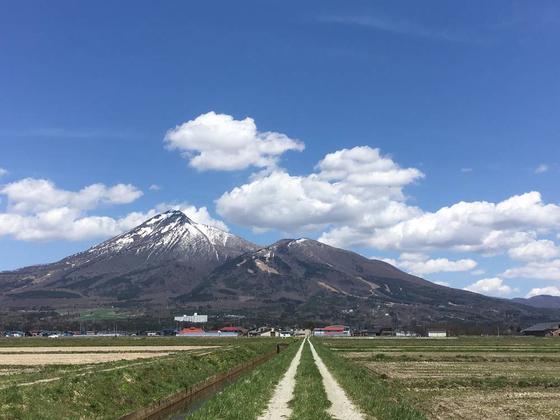 磐梯山、とまっすぐな道