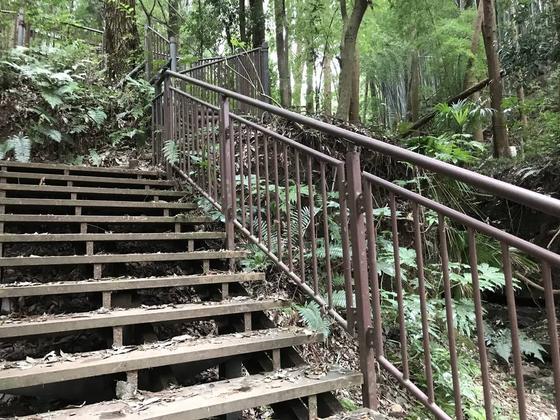 河原への階段