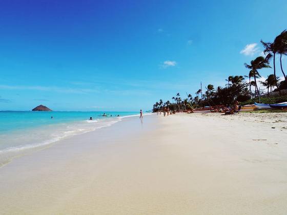 水が澄んでいて真っ青なビーチ