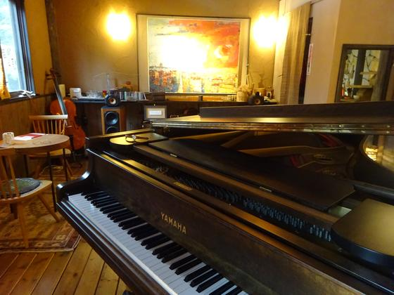 今も現役、古いピアノも…!