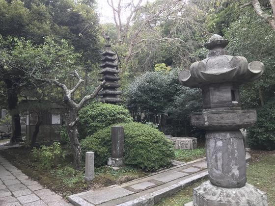 灯籠と石塔