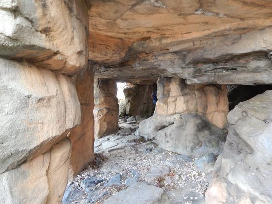 岩の下はこんな感じになっています