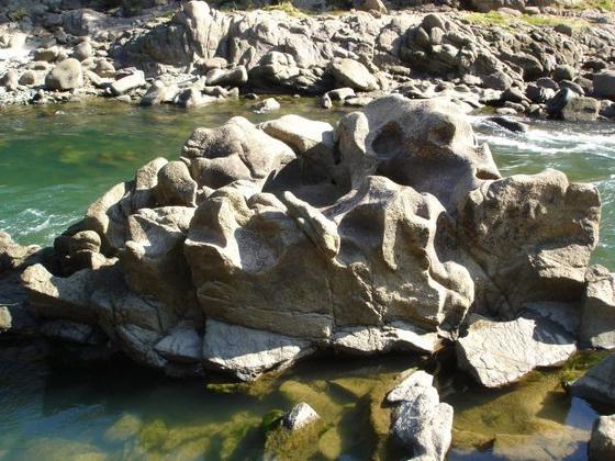 鹿跳渓谷の甌穴「米かし岩」