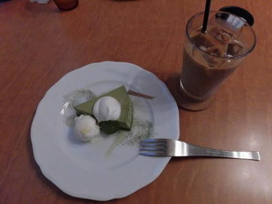 抹茶ケーキとアイス(バニラ)、カフェラテ